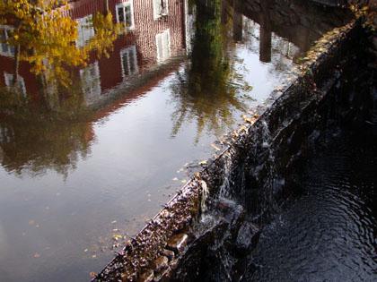 Hösten speglar sig i stadens å.