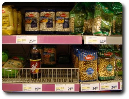 en läskflaska i en butikshylla