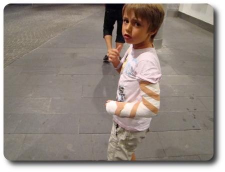 sexåring med gipsad arm