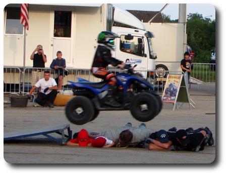 barn på fyrhjuling som hoppar över andra barn