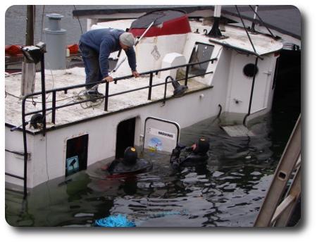 Dykare arbetar med bärgningsförsöket.