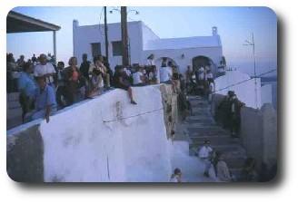 Turister samlas i Oia inför solnedgånen