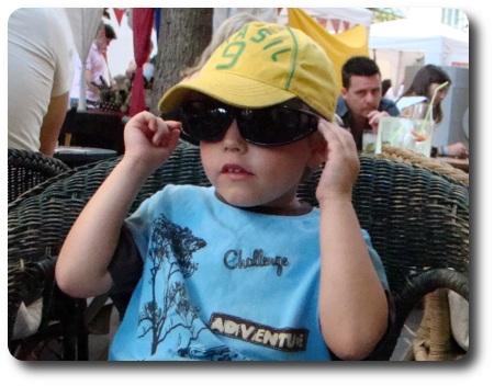 Minstingen i sin pappas solglasögon.