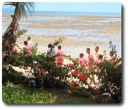 Barn i skoluniform på Fiji.