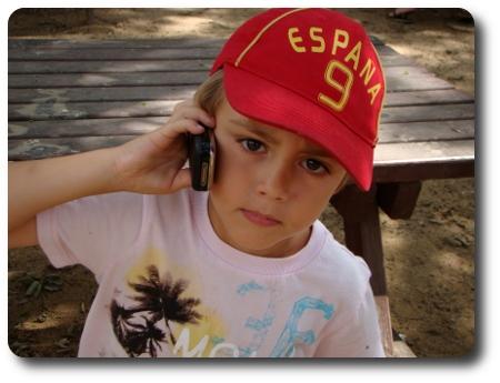 Sexåringen pratar i telefon och rapporterar ifrån Barcelona.