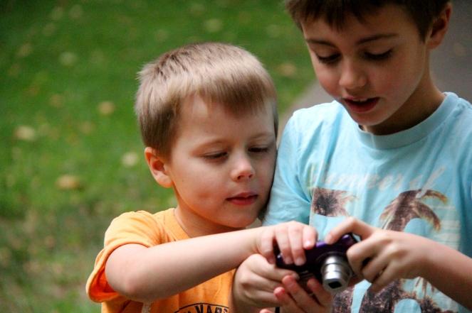 Pojkarna med kamera